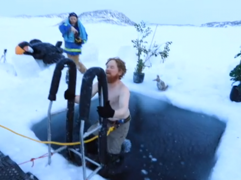 Antarkties tyrinėtojai žiemos saulėgrįžą pasitiko maudynėmis lediniame vandenyje