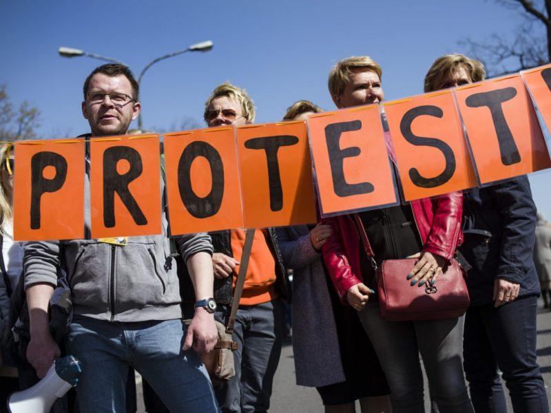 Lenkijoje streikuojantys mokytojai atnaujino derybas su vyriausybe