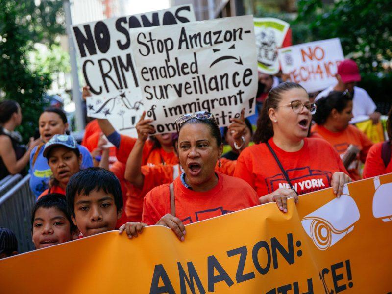 """""""Amazon"""" darbuotojų streikas: mes esame žmonės, o ne robotai"""