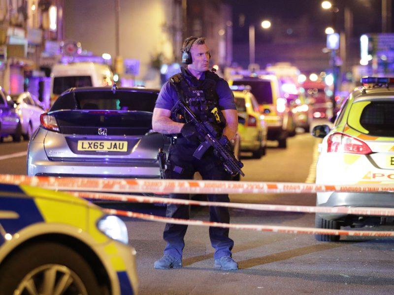 Per valandą – dvi kruvinos nelaimės Londone: vienas žmogus pašautas, kitas padurtas