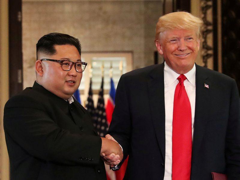 """Deryboms besiruošiantis D. Trumpas žada Šiaurės Korėjai """"nuostabią"""" ateitį"""