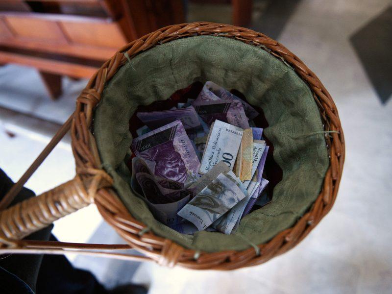 Netikėtas dosnumas: anonimas bažnyčioje ant altoriaus paliko 160 000 eurų auką