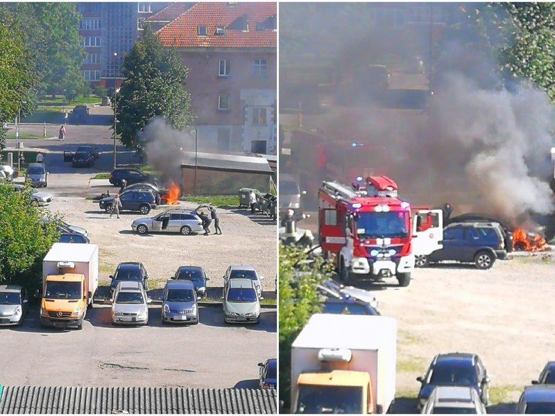 """Pajūrio ugniagesiams – įtemptos dienos: teko gesinti kieme liepsnojantį """"Audi A4"""""""