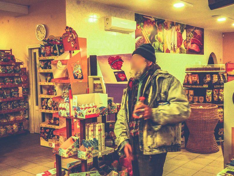 Vyriškis į parduotuvę žingsniuoja be kaukės: paprašytas ją užsidėti, išsitraukia lytinį organą