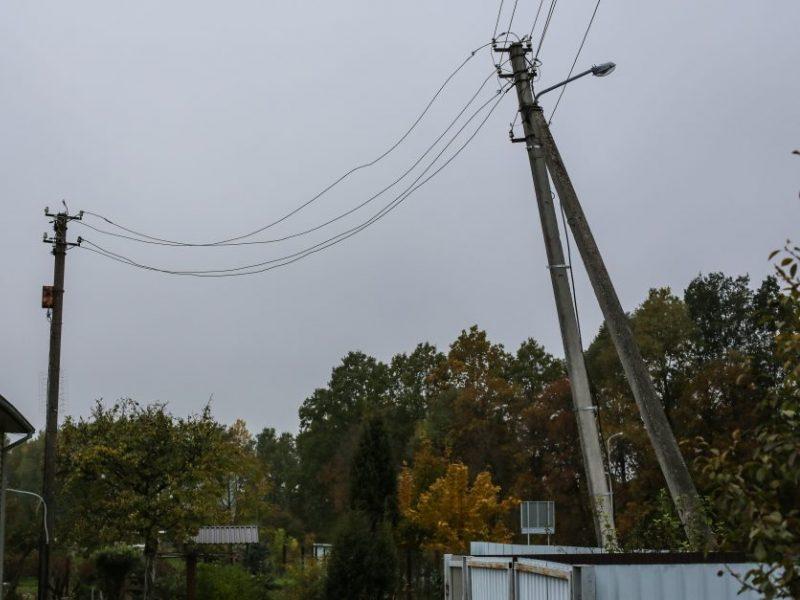 Plungės rajone ant automobilio užvirto elektros stulpas