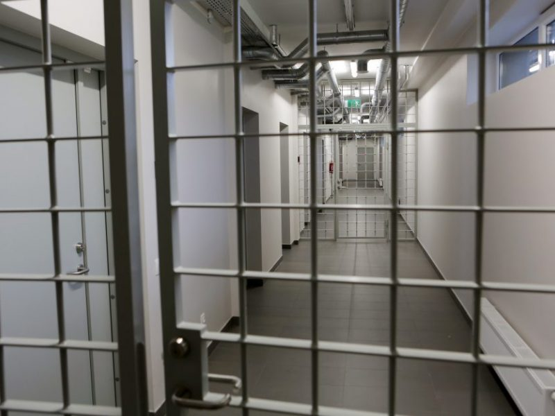Incidentas Alytaus areštinėje: suimtasis sugebėjo susižaloti cigaretės filtru