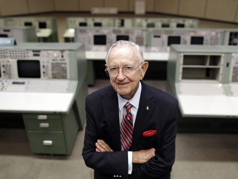 Mirė buvęs NASA skrydžių direktorius Ch. Kraftas
