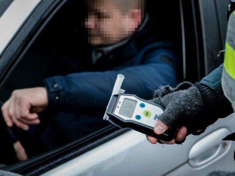 """Klaipėdoje girtą """"Audi A4"""" vairuotoją išdavė keisti manevrai"""