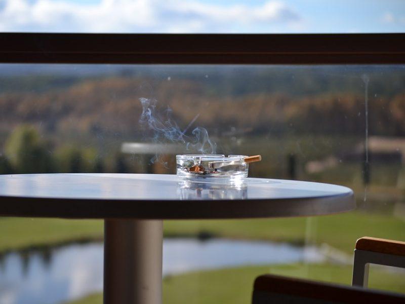 Vyriausybė nepritars draudimui rūkyti daugiabučių balkonuose?
