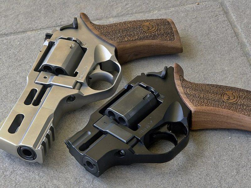 Gerai įsižiūrėkite į šiuos revolverius – ar nepastebite nieko keisto?