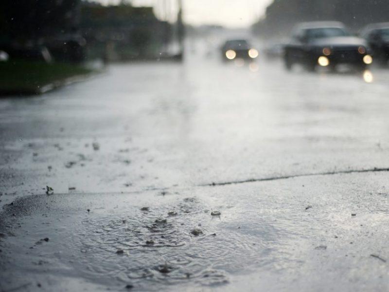 Praėjusi para keliuose: į šlapios kelio dangos spąstus pakliuvo ne vienas vairuotojas