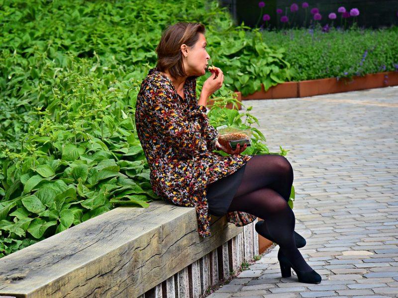 Psichologė rekomenduoja pietų pertraukas perkelti į lauką: padovanokite sau malonumą