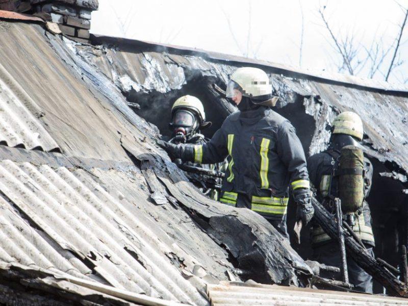 Vilniaus rajone atvira liepsna degė gyvenamasis namas: nukentėjo žmogus