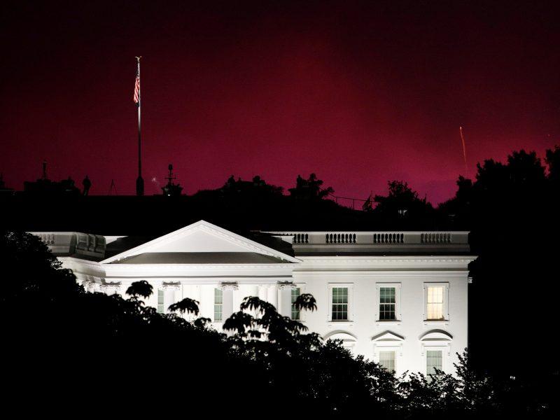 Prie Baltųjų rūmų sulaikyti du Amerikos vėliavą sudeginę asmenys