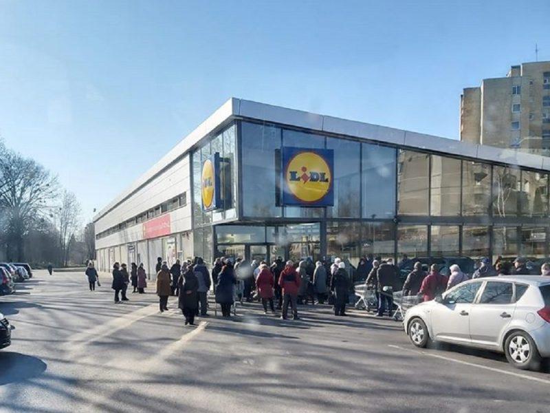 Nustėro pamatę grūstis prie parduotuvės: senjorai nesuvokia situacijos rimtumo?