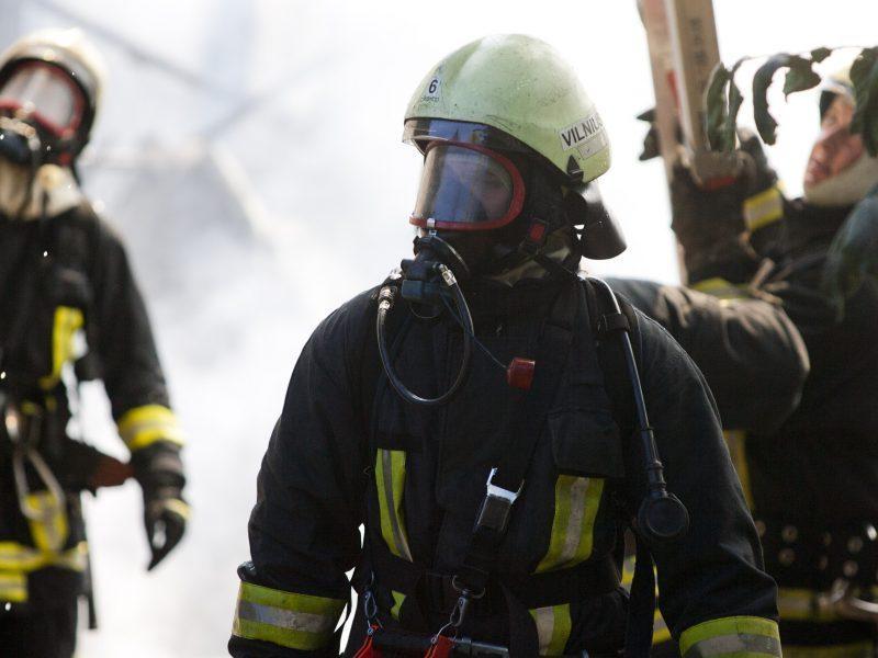 Penktadienio vakarą – gaisras Vilniuje: užsiliepsnojo namas