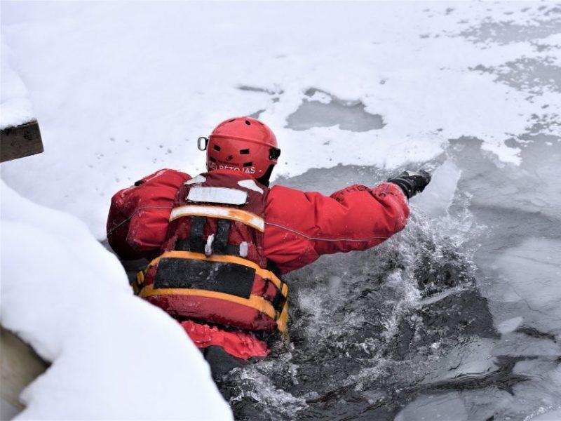 Skęstantį žmogų gelbėję ugniagesiai: vyrai eina žvejoti ant ledo pamiršdami, kad jie – ne žuvys