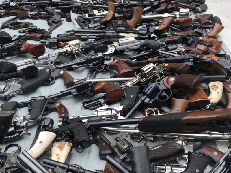 Po teroristinių išpuolių Naujosios Zelandijos gyventojai atidavė tūkstančius ginklų
