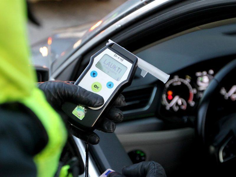 Jurbarko rajone sulaikytas sunkiai apgirtęs ir teisių neturintis vairuotojas