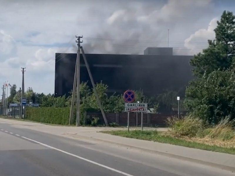 """Gaisras Garliavoje: užsiliepsnojo bendrovės """"Plastena"""" pastatas"""