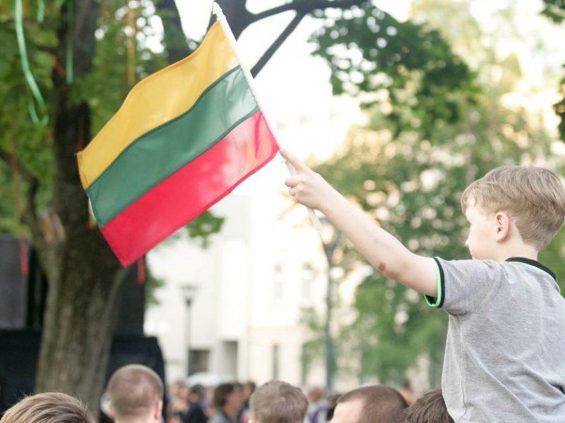 """""""Tautiškos giesmės"""" instaliacija Vilniuje: himnas, perteiktas šiuolaikinio meno kalba"""