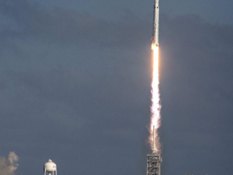 """Kosmose skriejantis """"Tesla"""" elektromobilis pirmą kartą apsisuko aplink Saulę"""