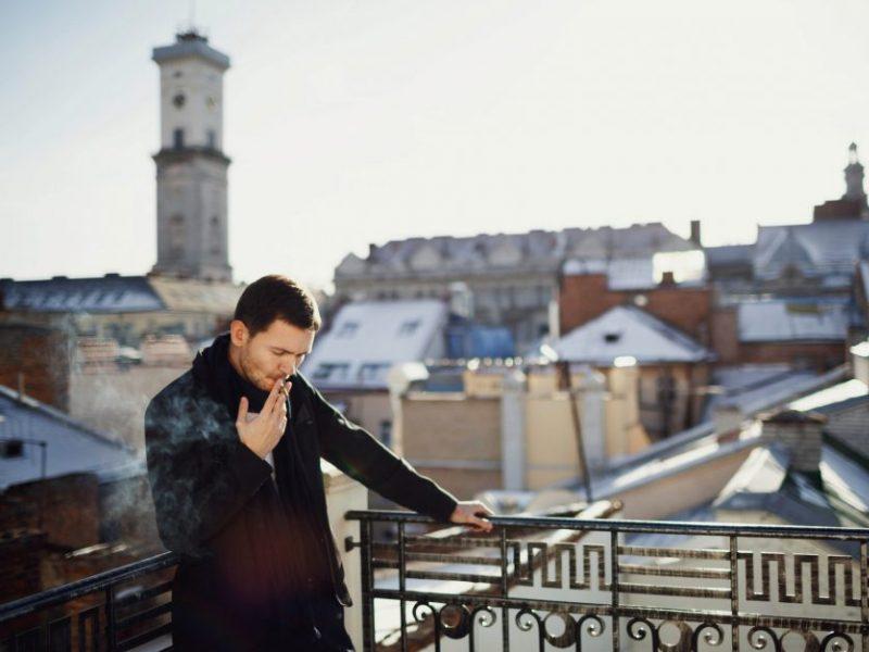 Policija pataria: ką daryti, jeigu kenčiate nuo balkonuose rūkančių kaimynų?