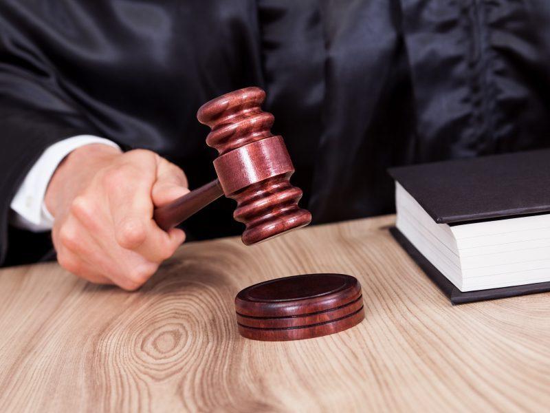 Prieš teismą stos, įtariama, dokumentus pagrobusi ir sąskaitas naudojusi moteris