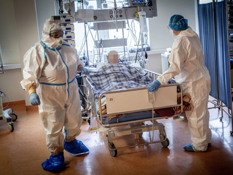 Ligoninėse gydomi 1704 COVID-19 pacientai, 121 iš jų – reanimacijoje