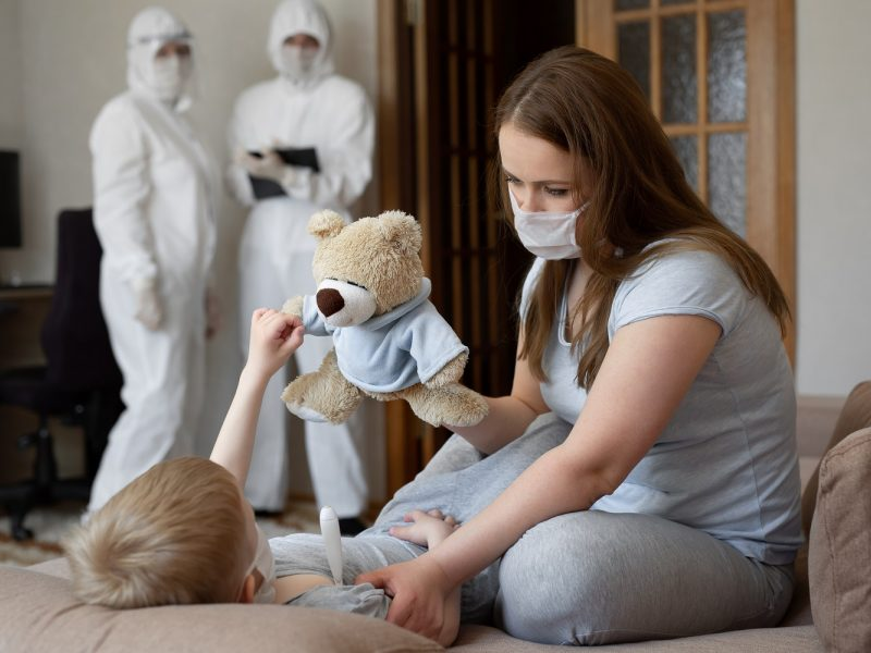 Mažamečiui antrą kartą diagnozavus COVID-19, tėvai suabejojo testų patikimumu