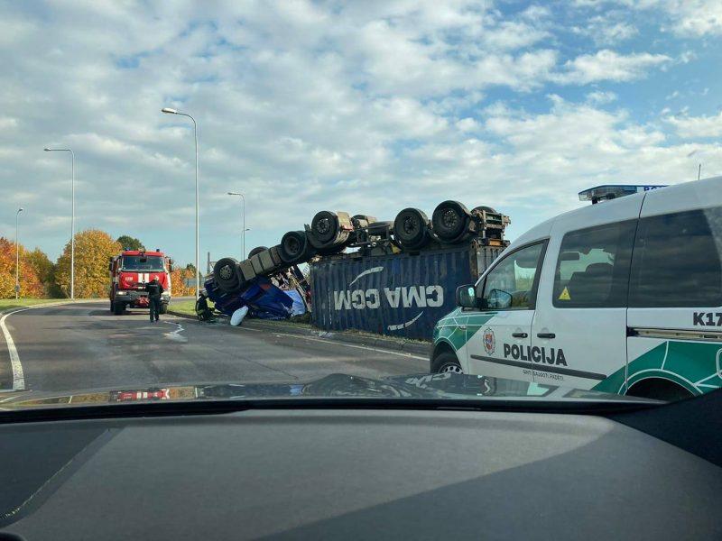 Marvelėje apvirto vilkikas: į ligoninę išvežtas vairuotojas