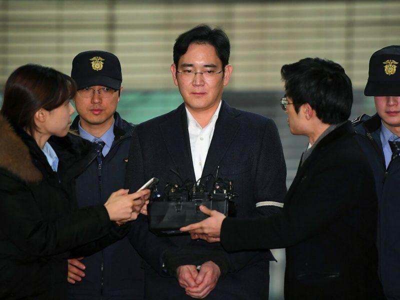 """""""Samsung Electronics"""" faktiniam valdytojui už korupciją skirta 2,5 metų kalėjimo"""