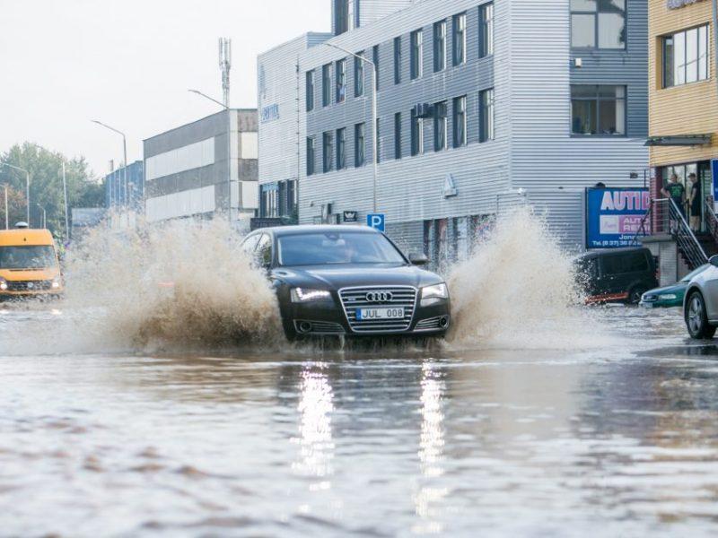 """Per liūtis tvinstančias gatves """"Kauno vandenys"""" žada gelbėti naujais nuotekų tinklais"""