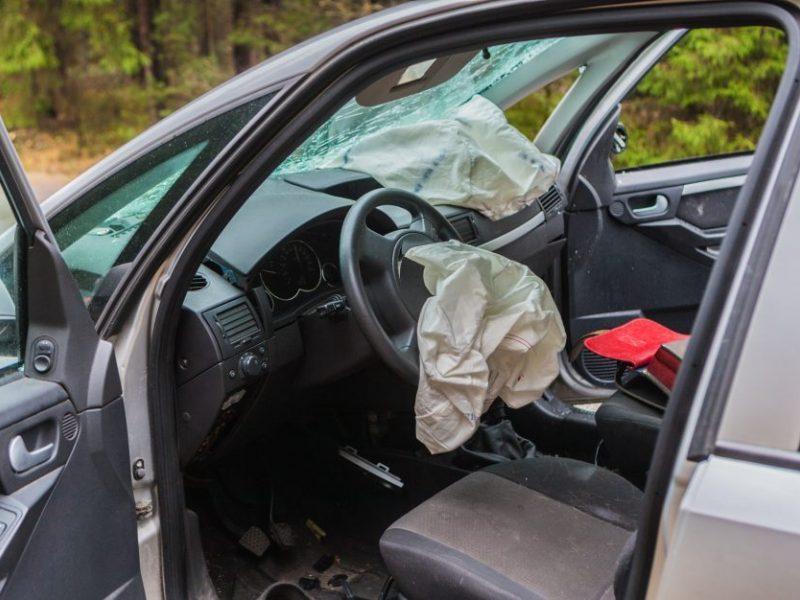 Visiškai girto vairuotojo kelionė baigėsi smūgiu į stulpą