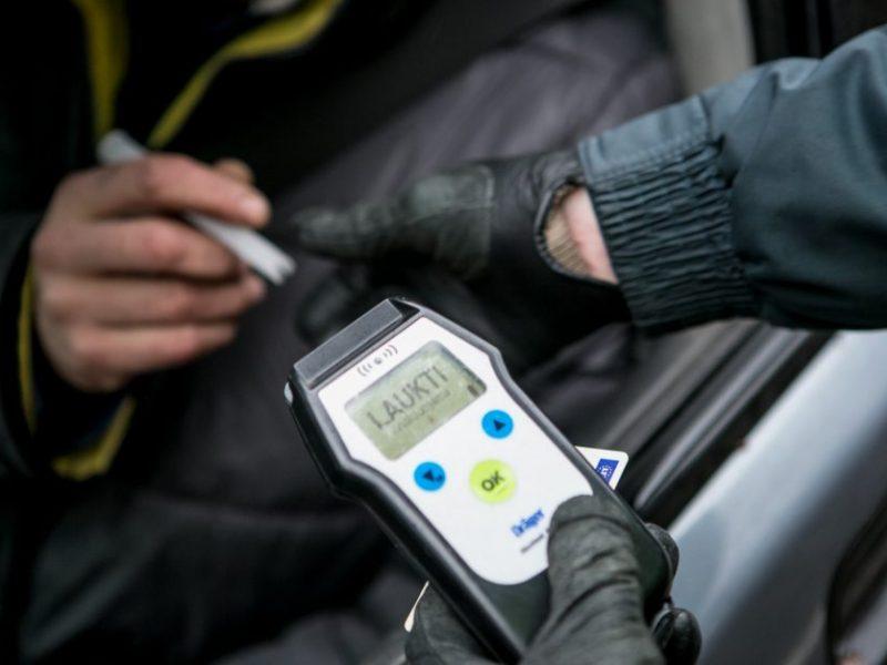 Jauno vairuotojo kelionę sustabdė pareigūnai: buvo ne tik beteisis, bet ir girtas