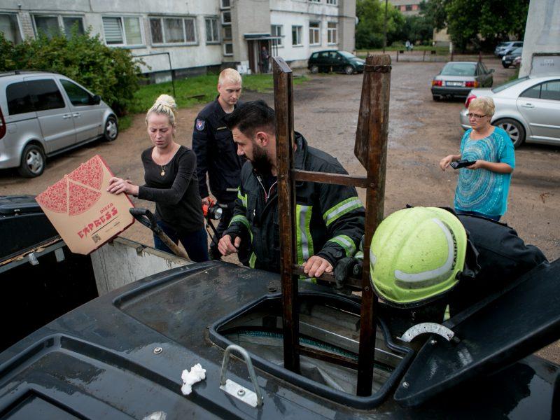 Bevaisė į konteinerį išmesto šunelio gelbėjimo operacija
