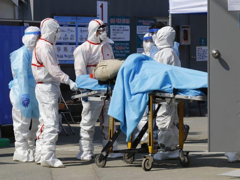 JAV per parą mirė beveik šeši šimtai COVID-19 pacientų