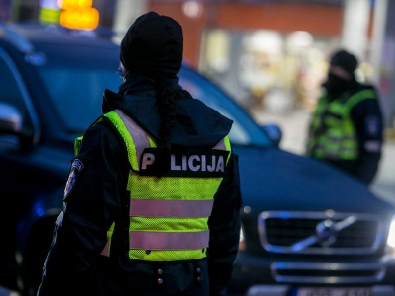 Patikros dėl girtumo vengęs vairuotojas partrenkė policijos pareigūną