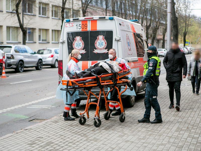 Kauno centre partrenkta neleistinoje vietoje gatvę kirtusi senolė