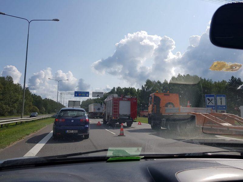 Prie Kauno eismą paralyžiavo masinė sunkvežimių avarija, yra sužalotų