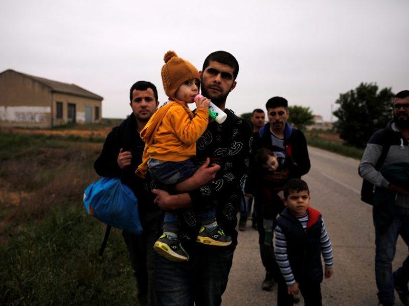 Pareigūnai išgelbėjo per 130 migrantų, kentusių karštį ir troškulį vilkiko priekaboje