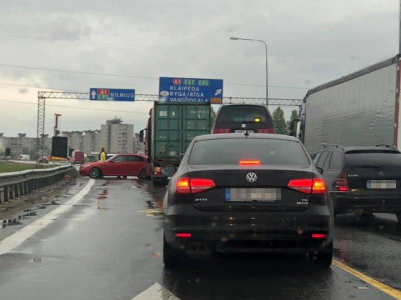 """BMW ir sunkvežimio avarija prie """"Megos"""" trikdo eismą"""