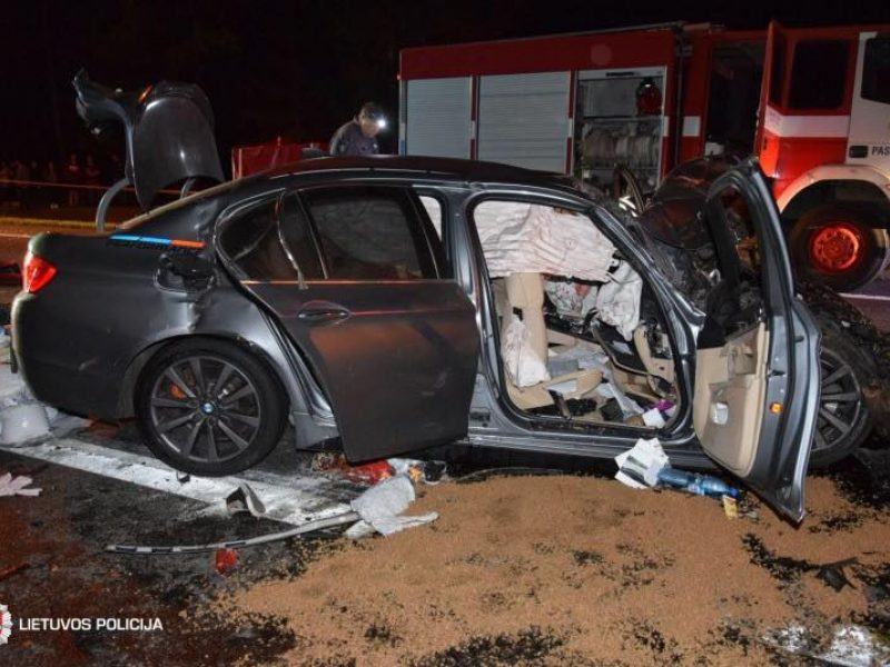 Kraupi avarija: BMW susidūrė su vilkikais – žuvo du žmonės, trys vaikai reanimacijoje