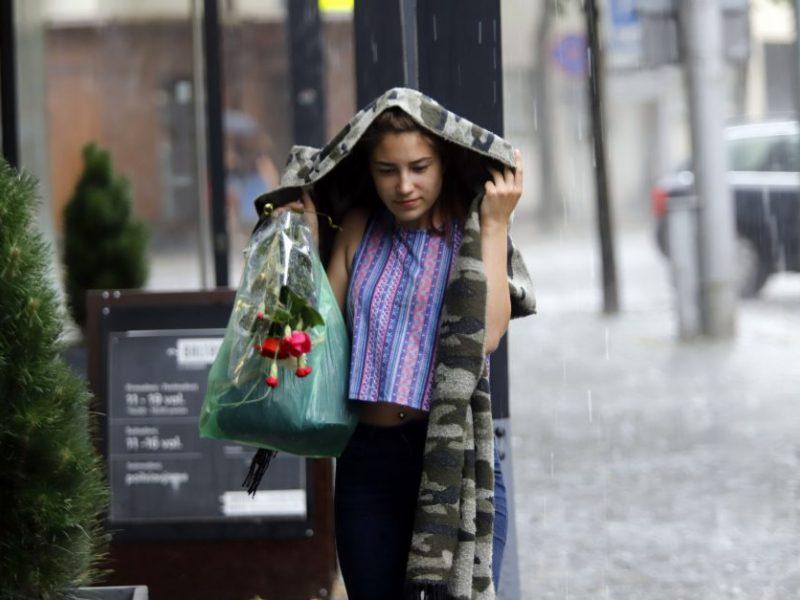 Sinoptikė pataria nepalikti skėčių namuose – atslenka lietingas debesų masyvas