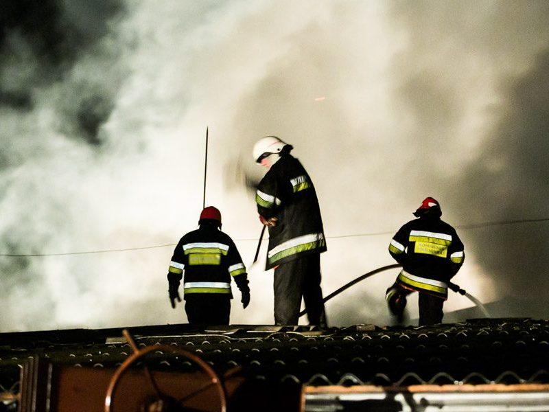 Naktinis gaisras Lentvaryje: žuvo žmogus, sugriuvo dalis namo