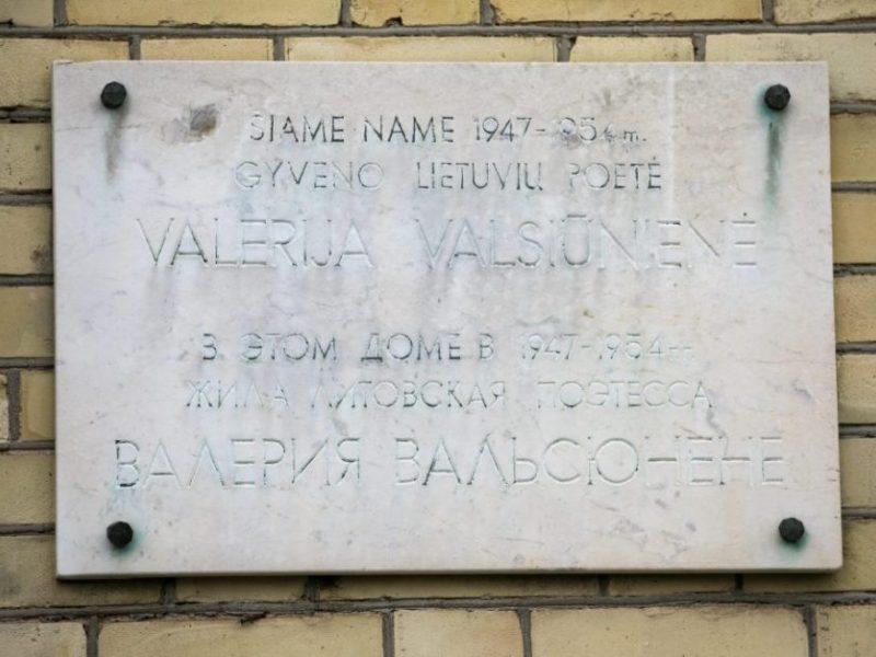 Vilniuje nukabinta atminimo lenta sovietų saugumui dirbusiai poetei V. Valsiūnienei