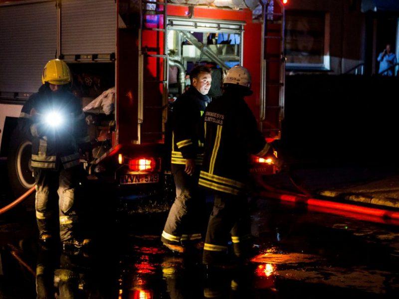 Naktį Kaune užsidegė renovuojamas namas, įtariamas padegimas