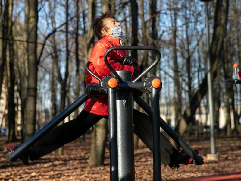 Sportuojantys žmonės Kauno parkuose