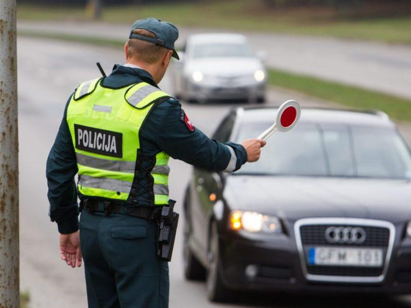 Girtas prie vairo sustabdytas Laisvės atėmimų vietų ligoninės pareigūnas