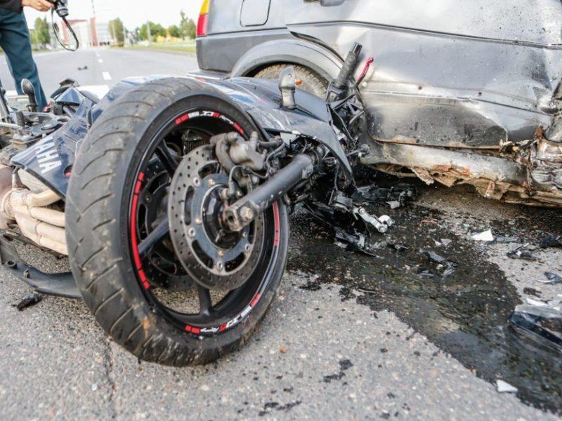 """Per """"Opel"""" ir dviejų motociklų avariją nukentėjo vieną jų vairavęs pareigūnas"""